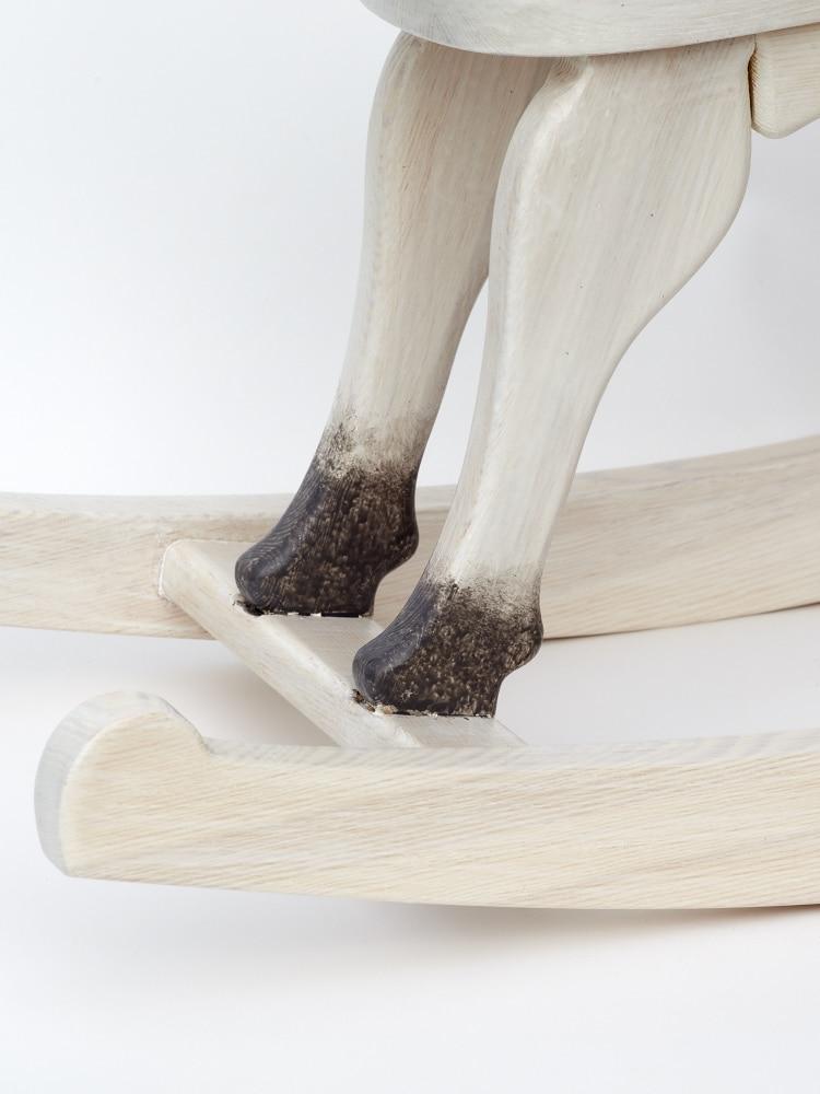 Schaukelpferd Čenda 28 – in Farbausführung Schimmel, Detailansicht Hufe