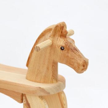 Hlava přírodního dřevěného houpacího koníka s malovaným okem