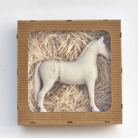 Dárkové balení dřevěného koníka Achal 15 z papírové lepenky s průhledným víkem