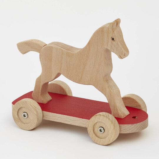 Tahací koník na podvozku s červenou deskou s kolečky